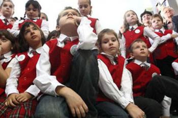 Maramuresenii doresc uniforme scolare si paza unitatilor de invatamant