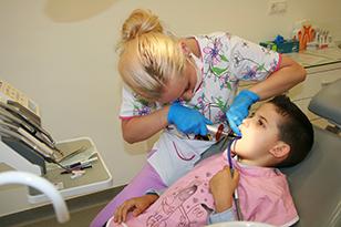 Consultaţii stomatologice gratuite pentru copii