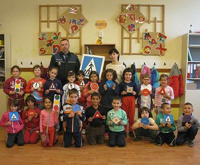 Parteneriat între şcoală şi poliţişti pentru siguranţa micilor pietoni