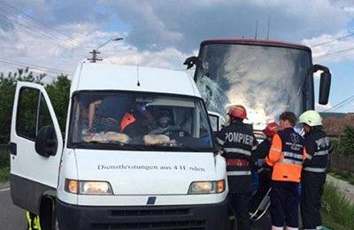 Autocarul echipei FCM Baia Mare a fost implicat într-un accident cu o autoutilitară