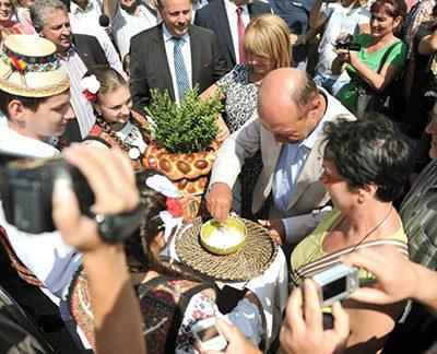 """Băsescu se prinde în """"Hora la Prislop"""""""