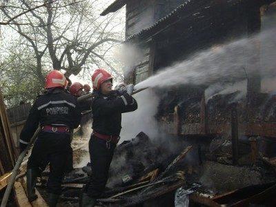 Locuinţă în flăcări. Proprietarul are arsuri de gradul II şi III