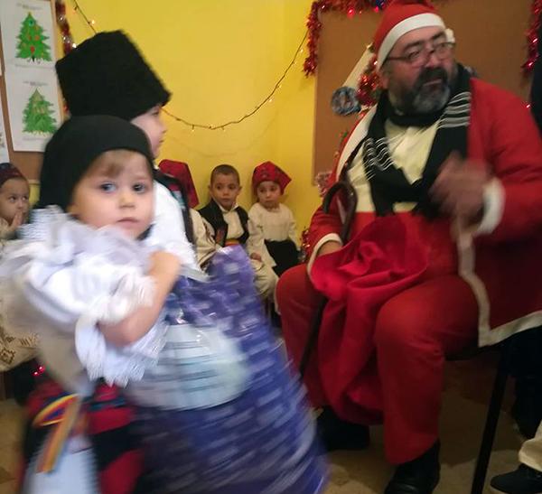 Moș Crăciun, cu sacul plin, la grădinița din Buciumi