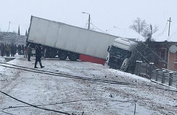Un autocamion a derapat și a blocat traficul în Buciumi