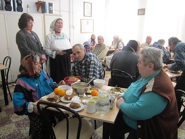 Pricesne, poezii și flori pentru femeile de la Căminul de Pensionari Baia Sprie
