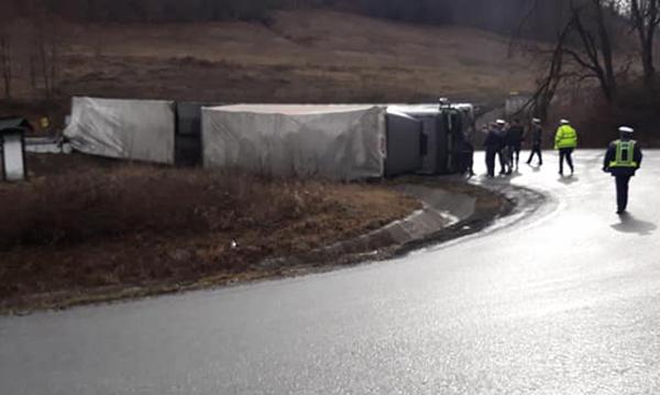 Camion răsturnat pe E 58