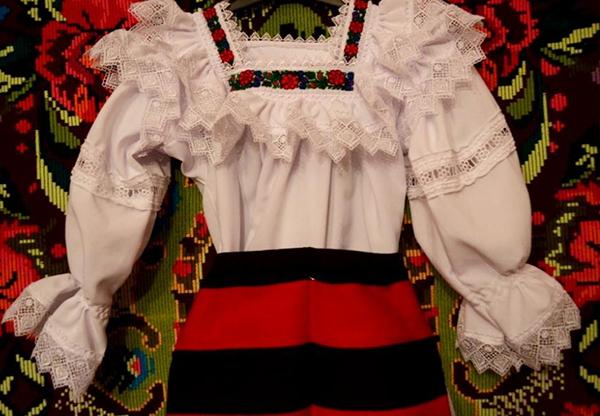 Costume populare, în valoare de 12.000 de lei, recuperate de poliţişti