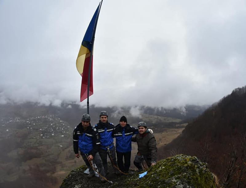 """Drapelul României arborat de jandarmi pe """"Pietrele Șoimului"""""""