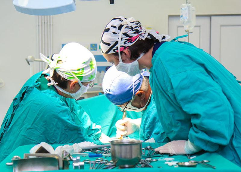 medici in sala de operatii