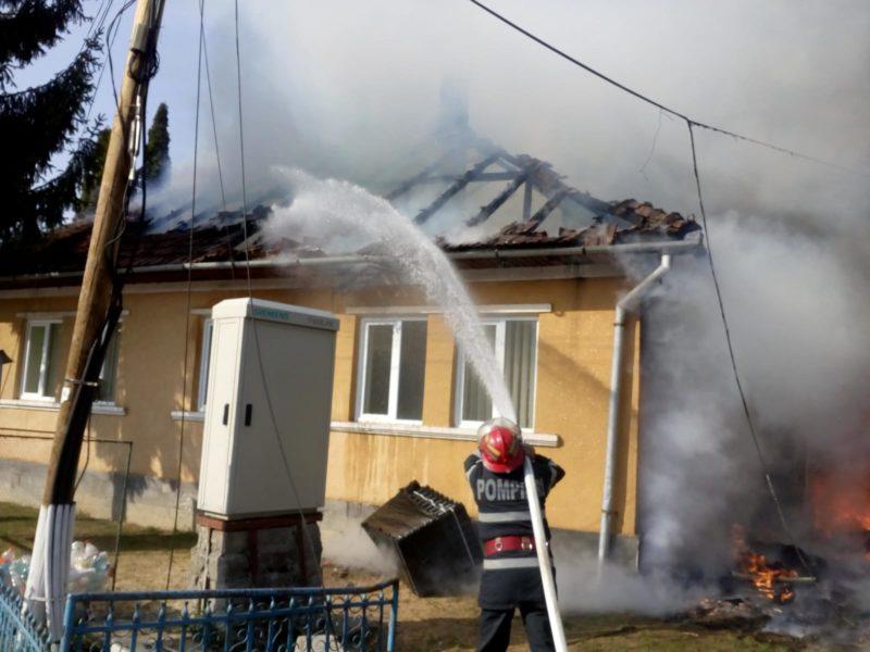 Foc la primărie. Pompierii intervin