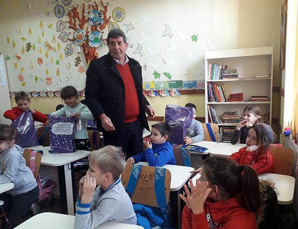 Primarul și Moș Nicolae au dus cadouri la școlari și preșcolari
