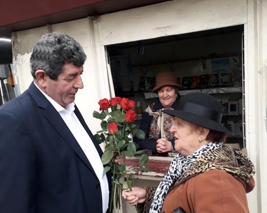 Primarul Gheorghe Buda a oferit flori doamnelor şi domnişoarelor