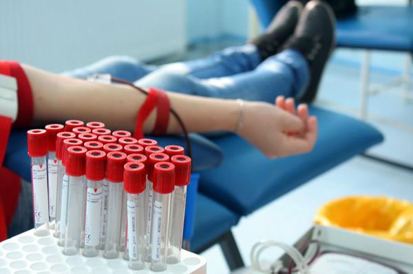 Donator de sânge acuzat de fals în declaraţii