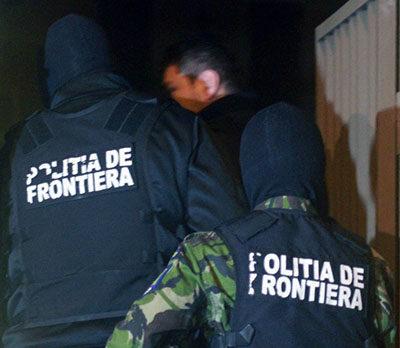 Poliţist bătut de oameni în Poienile de sub Munte
