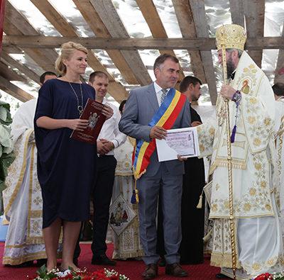 Diplomă de vrednicie pentru Andreea Paul Vass la târnosirea bisericii din Medieş