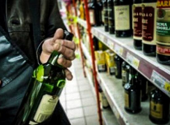 Reţinuţi pentru  furt de băuturi