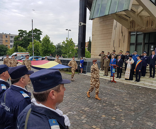 Defilare, în Piața Tricolorului, de Ziua Drapelului Național