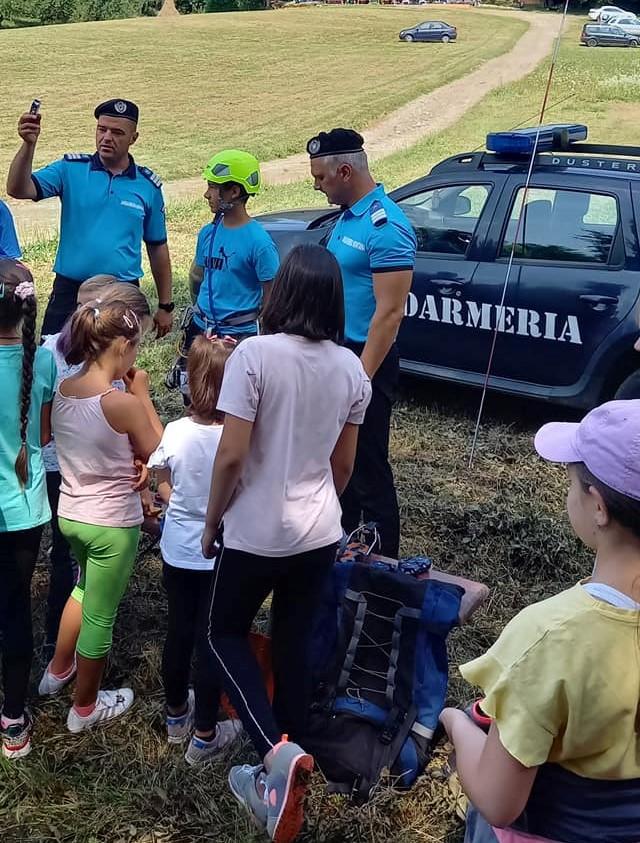 Vacanță în siguranță. Sfaturi oferite de jandarmi copiilor din tabere
